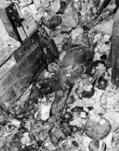 Corpo de Langlyer Collyer encontrado em seu apartamento sob uma pilha de lixo.